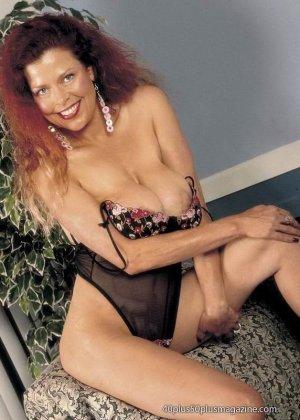 Грудастая женщина с рыжими волосами, садится пиздой на самотык - фото 9