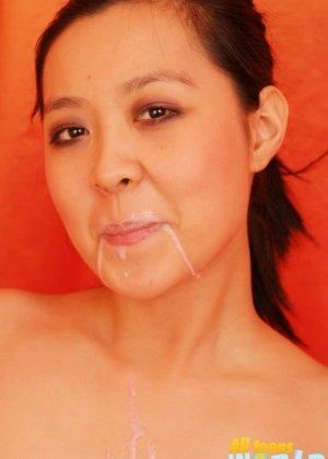 Азиатка обливает себя кремом, а затем мастурбирует - фото 10