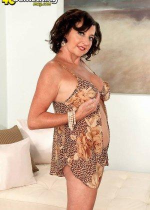 Соло Синди Стар,  зрелая домохозяйка с большими сиськами крутит свои тугие соски и ложится на белый диван - фото 8