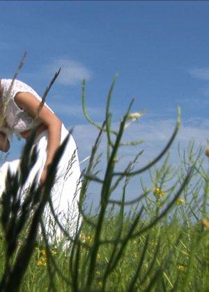 Кристина на свежем воздухе и в высокой траве показывает бритую вагину и узкую анальную дырку крупным планом - фото 8