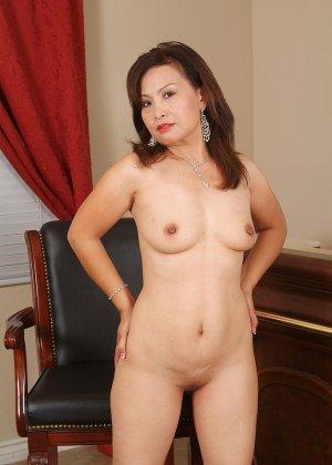Зрелая азиатка элегантно приподнимает платье и показывает себя - фото 2