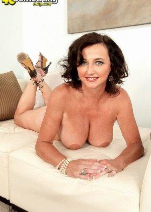 Соло Синди Стар,  зрелая домохозяйка с большими сиськами крутит свои тугие соски и ложится на белый диван - фото 6