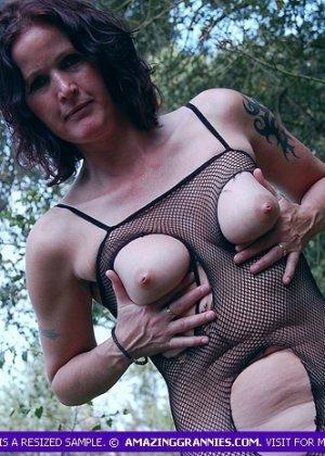 Пожилая женщина мастурбирует в лесу - фото 3