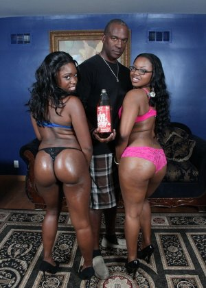 Две темнокожие дамочки расслабляются в компании друг друга, позволяя негру себя оттрахать - фото 10