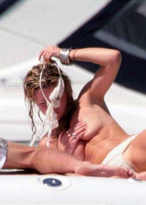 Эбигайл Кленси загорает на яхте топлесс - фото 8