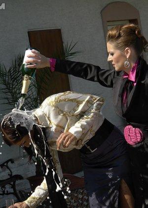 Одетые женщины обливались шампанским во дворе дома - фото 12