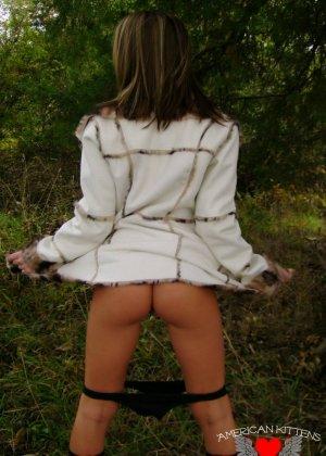 Старри Найт в лесу позирует для парня, она не думает, что ее еще кто-то увидит в таком откровенном виде - фото 5