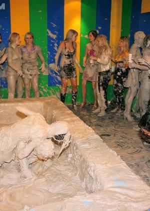 Девки занимаются борьбой в грязи - фото 14