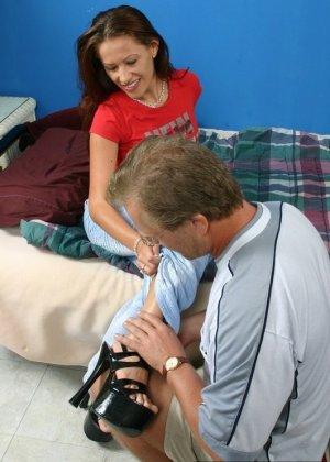 Зрелый мужчина получает колоссальное удовольствие от того, что вылизывает женские ножки - фото 5
