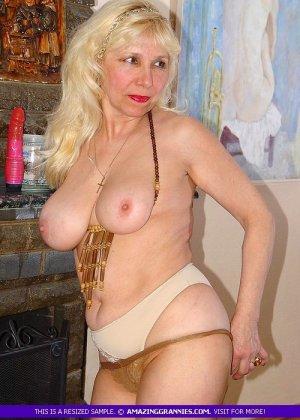 Русская пожилая женщина снимает чулки и остается в трусах - фото 6