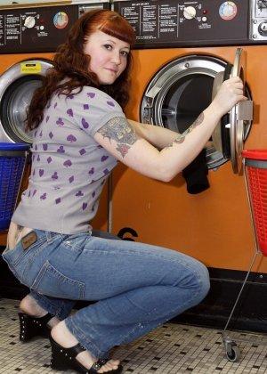Девка зашла в прачечную и решила постирать все, даже белье, в котором пришла, поэтому ей приходится ждать голой - фото 10