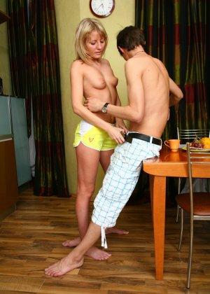 Красивая блондинка соблазняет парня прямо на кухне и позволяет потрахать себя в тугое анальное отверстие - фото 11