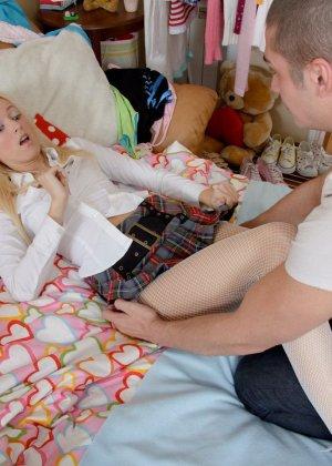 Очаровательная блондинка получила большой хуй в тугое очко и сперму на удивленное лицо - фото 7