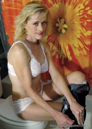 Женщины после сорока тоже могут выглядеть сексуально – это доказывает красивая блондинка в душе - фото 10