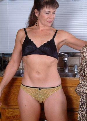 Домохозяйка оголила свой мохнатый лобок - фото 15