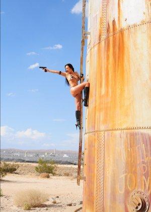 Рози Револьвер снимается в эротической картине, играя роль роковой телки с пистолетом и в одном нижнем белье - фото 15