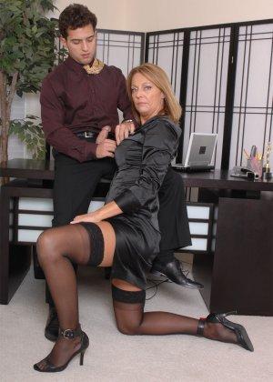 Брэнда Джеймс – зрелая секретарша, которая соблазняет молодого мужчину прямо на рабочем месте - фото 11
