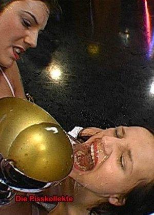 Две развратные брюнетки принимают на себя фонтаны мочи и спермы, ублажая множество мужчин - фото 7