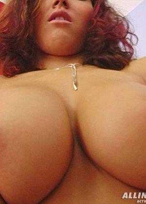 Пизда из вагины девушки с натуральной грудью - фото 10