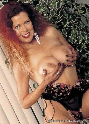 Грудастая женщина с рыжими волосами, садится пиздой на самотык - фото 11