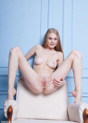 Блондинка с красивой грудью показывает себя голой - фото 12