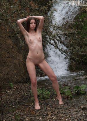 Девушка эротично позирует у водопада - фото 8
