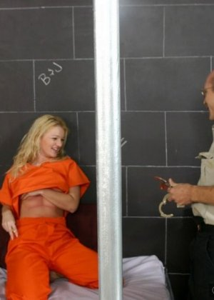 Старый извращенный полицейский приходит к заключенной, чтоб вылизать ей ножки и ощутить их на члене - фото 4
