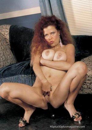 Грудастая женщина с рыжими волосами, садится пиздой на самотык - фото 7