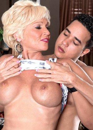 Опытная Ники запросто соблазняет молодого мужчину и он устраивает ей качественный секс - фото 15