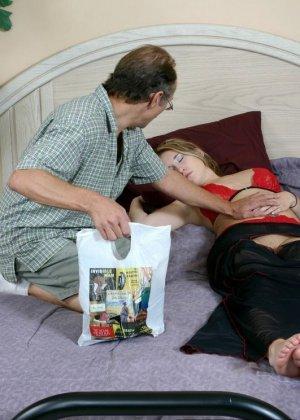 Старый мужик зашел к соседке, когда она спала и начал целовать ее ноги, телка просыпается, мастурбирует и дрочит мужику ступнями - фото 4