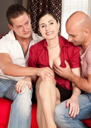 Мужчина выебал свою красивую жену на пару с другом - фото 9