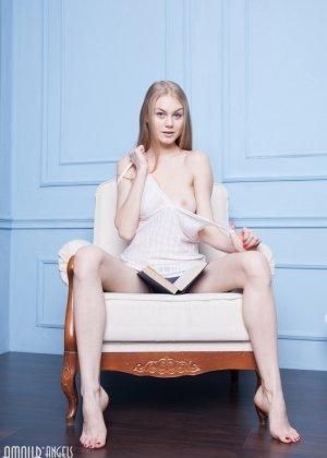 Блондинка с красивой грудью показывает себя голой - фото 5