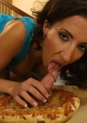 Домохозяйка соблазнила разносчика пиццы - фото 10