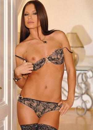 Эротическое соло красотки Мари, она в черных чулках показывает бритый вареник и небольшие торчащие сиськи - фото 13