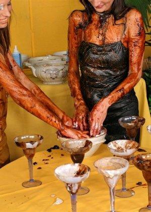 Две гламурные женщины обмазали себя едой во время ужина в ресторане - фото 13