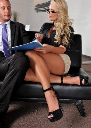 Зрелая грудастая секретарша трахается в офисе со своим боссом - фото 11