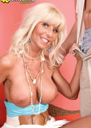 Пожилая блондинка все еще умеет возбуждать и получать удовольствие от секса - фото 13