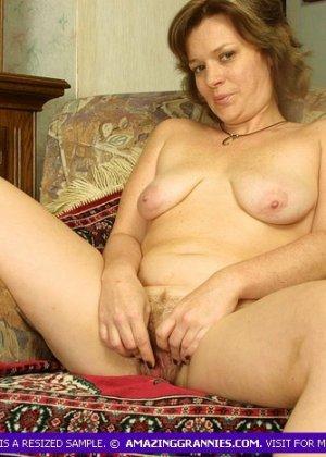 Зрелая дамочка раздвигает ноги и позволяет рассмотреть себя во всех подробностях без стеснения - фото 4