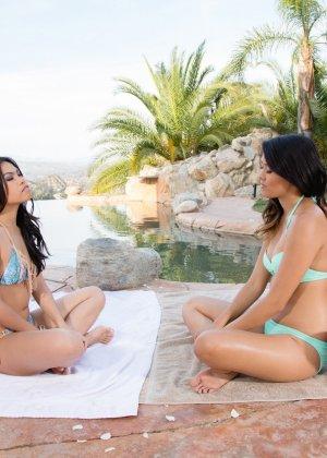 Четыре азиатских лесбиянки устроили страстную оргию у бассейна, после взаимного массажа - фото 7