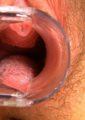 Блондинка с волосатой пиздой показывает, что происходит в ее влагалище во время оргазма - фото 6