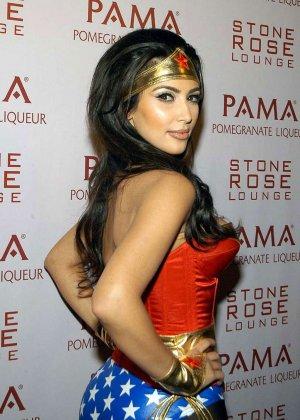 Ким Кардашьян показывает себя в разных ярких нарядах – она доказывает, что обладает крутой внешностью - фото 10