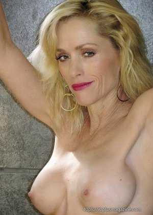 Женщины после сорока тоже могут выглядеть сексуально – это доказывает красивая блондинка в душе - фото 15