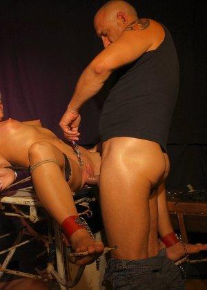 Лили Спайдер подвергается анальным пыткам, любитель бдсм привязывает телку и ебет ее в анал хуем и пальцами - фото 5