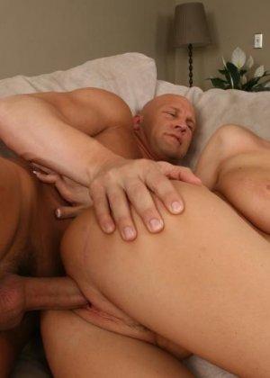 Соблазнительная блондинка так возбуждает лысого мужчину, что он не сдерживается и тут же трахает ее - фото 6