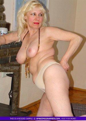 Русская пожилая женщина снимает чулки и остается в трусах - фото 2