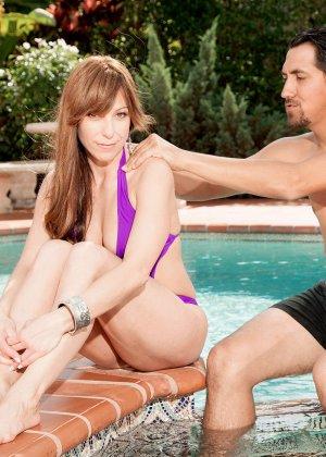 Муж застукал жену, во время ласк с чистильщиком бассейна и трахнул ее вместе с ним - фото 9