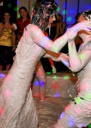 Взрослые женщины борются в грязи, даже не снимают одежду, поэтому и остаются грязными - фото 13