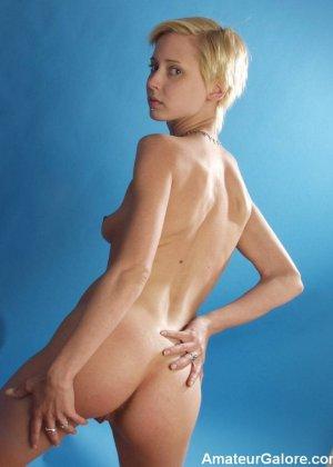 Стройная блондинка раздевается перед камерой, чтобы показать себя с разных сторон – ей нечего стесняться - фото 5