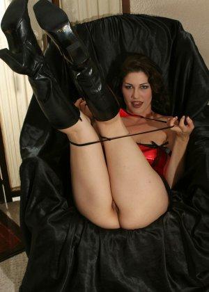 Кимберли Джейн пихает глубоко в анус анальные шарики - фото 10