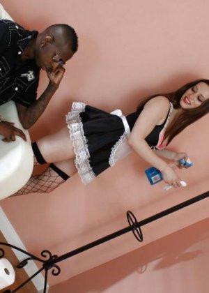 Красивая горничная убирала в комнате ожидания, негр был настойчив и хотел вставить своего монстра в ее тугую пизду - фото 8